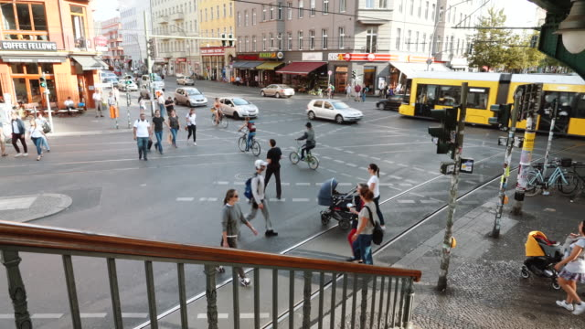stockvideo's en b-roll-footage met drukke straat in berlijn, duitsland - dwarsweg
