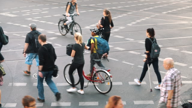 busy street in berlin, germany - pedone ruolo dell'uomo video stock e b–roll
