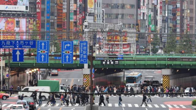 stockvideo's en b-roll-footage met drukke verkeer in shinjuku in tokio - verkeersbord