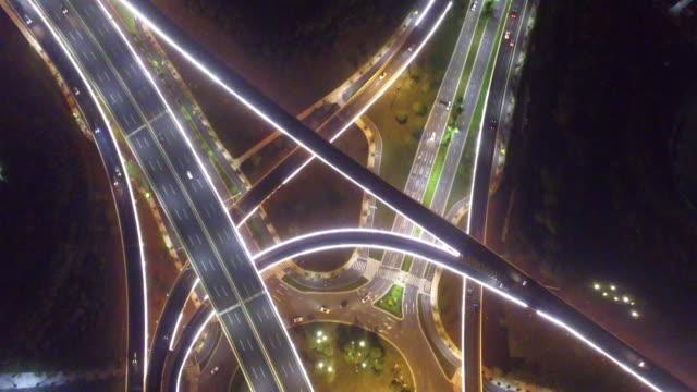 vidéos et rushes de trafic intense sur l'intersection de la route dans la nuit - route surélevée