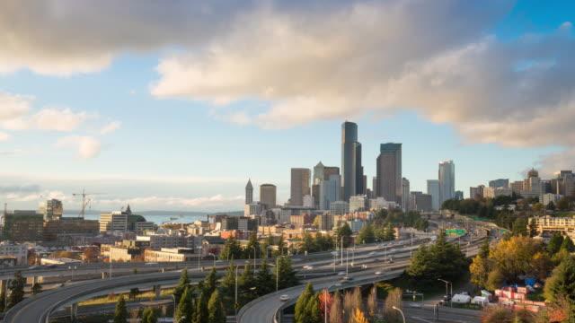 한산합니다 트래픽 로드, 도시, 시애틀 스카이라인 저속 4 k - seattle 스톡 비디오 및 b-롤 화면