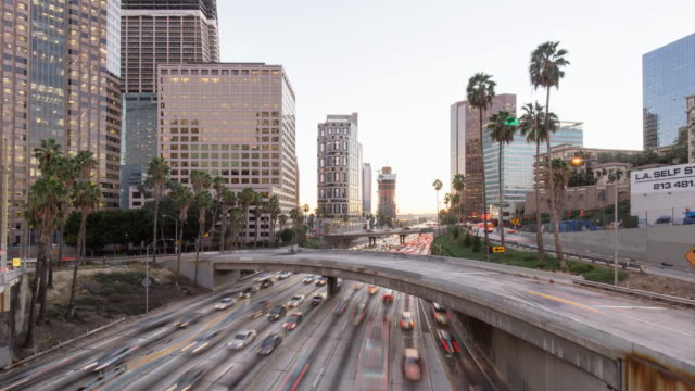 занят трафик в современном городе ночью в лос-анджелесе, замедленная съемка 4 k - деловой центр города стоковые видео и кадры b-roll