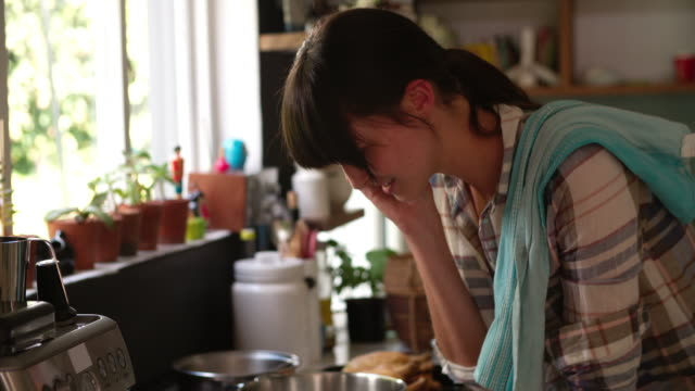 vídeos y material grabado en eventos de stock de agitado mujer en cocina, comida en la cocina y hablando por teléfono - woman cooking