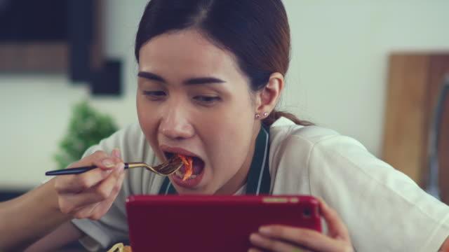 vidéos et rushes de femmes occupées mangeant - vidéos de gastronomie