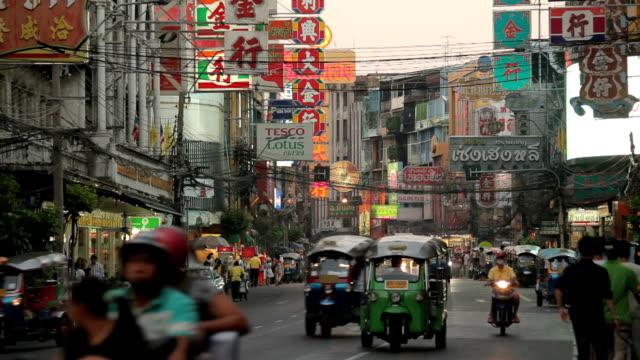 intensa yaowarat road nel crepuscolo - sud est asiatico video stock e b–roll