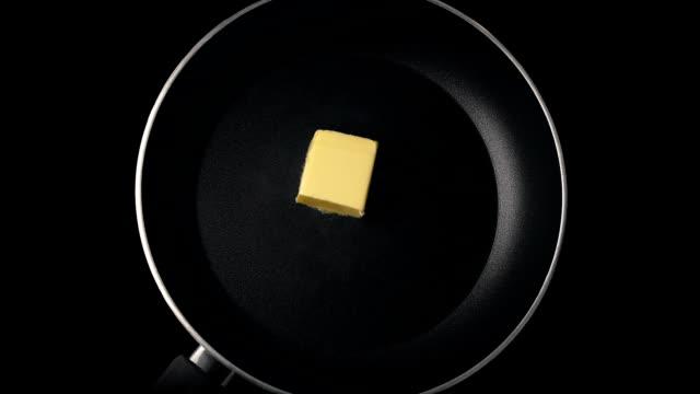 vídeos de stock, filmes e b-roll de manteiga derrete no tiro aéreo de pan - gordura