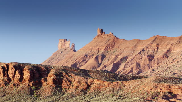 vídeos de stock e filmes b-roll de buttes and pinnacles in castle valley, utah - drone shot - reserva natural