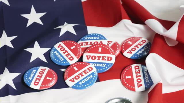buttons von i voted today auf us-flagge - aufkleber stock-videos und b-roll-filmmaterial