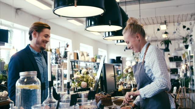 vídeos y material grabado en eventos de stock de comprar pastel en un bonito café moderno - panadería