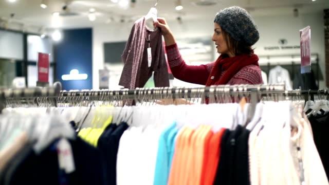vídeos de stock, filmes e b-roll de comprar roupas na loja do espelho. - estilo de vida dos abastados