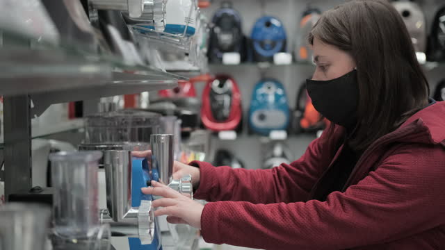 acquisto di elettrodomestici in negozio durante la pandemia - elettrodomestico attrezzatura domestica video stock e b–roll