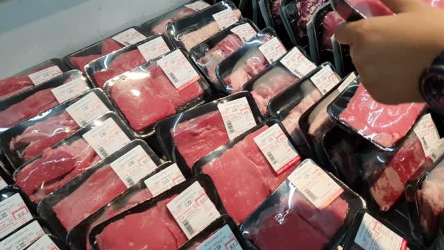 süpermarkette et satın alma - et stok videoları ve detay görüntü çekimi