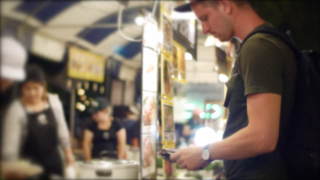 Kauf von Suppen am Nachtmarkt – Video