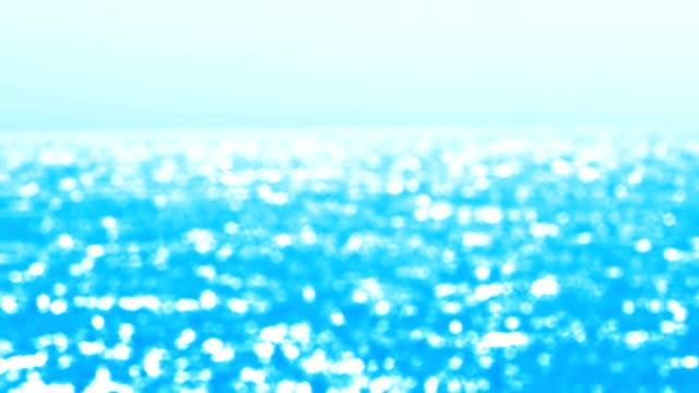 シームレスなループ - 晴れた日に美しい波状の紺碧の水表面のショットをデフォーカス - 海沿い - 海点の映像素材/bロール
