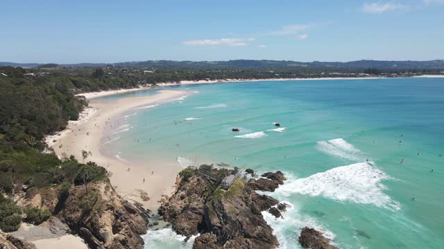 byron bay beach lookout - aussichtspunkt stock-videos und b-roll-filmmaterial