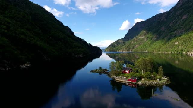 kabine auf der insel im norwegischen fjord - blockhütte stock-videos und b-roll-filmmaterial