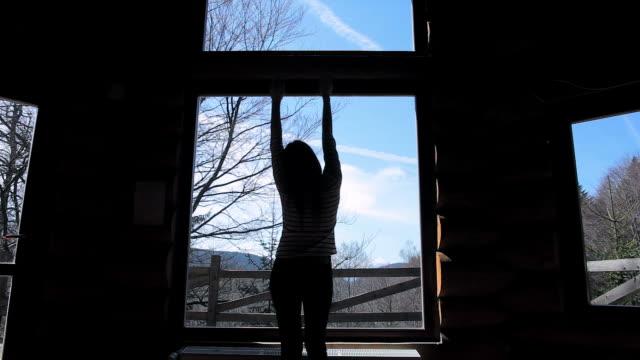 kabine retreat-video von eine junge frau genießen sie eine schöne tag. - landhaus stock-videos und b-roll-filmmaterial