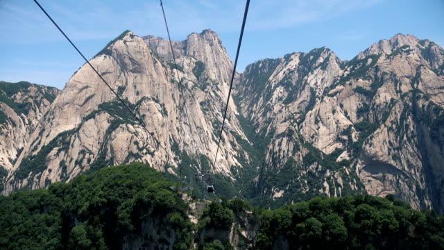 hua dağı zirvesine teleferiğe - unesco stok videoları ve detay görüntü çekimi
