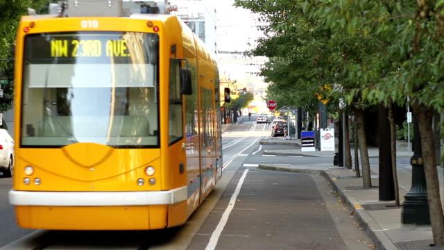 tram trasporto - tranvia video stock e b–roll