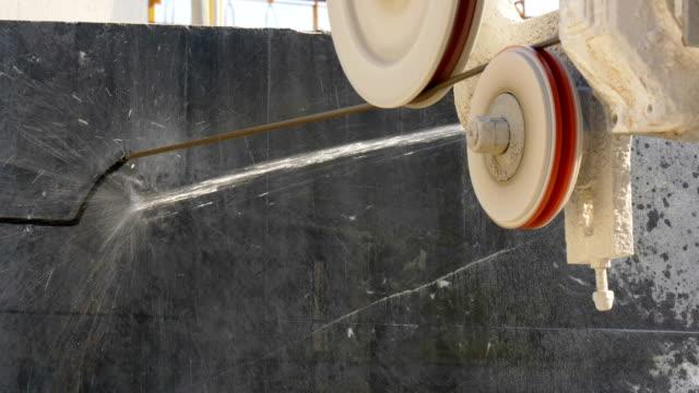 kabel ist marmor in marmorfabrik schneiden. - kreissäge stock-videos und b-roll-filmmaterial