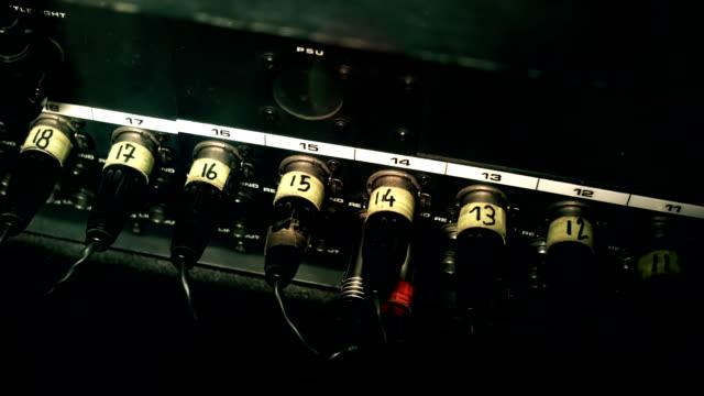 xlr cavi collegato al retro di un mixing console scrivania, numero codificato. - cavo d'acciaio video stock e b–roll