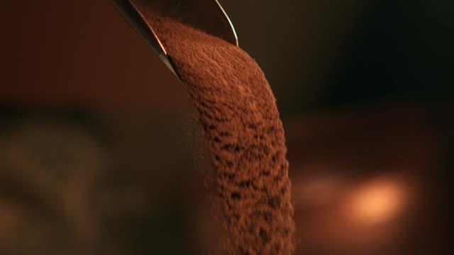 vídeos y material grabado en eventos de stock de el verter del polvo del cacao - molido