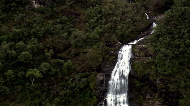 cachoeira do fundo - havadan görünümü - minas gerais, aiuruoca, brezilya - minas gerais eyaleti stok videoları ve detay görüntü çekimi