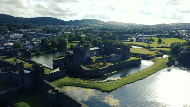 vídeos de stock, filmes e b-roll de opinião aérea do castelo de caerphilly - castelo