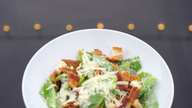 caesar sallad-hälsosam mat stil - sallad bildbanksvideor och videomaterial från bakom kulisserna