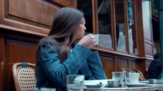 カフェ ブレーク (スローモーション) - カフェ文化点の映像素材/bロール