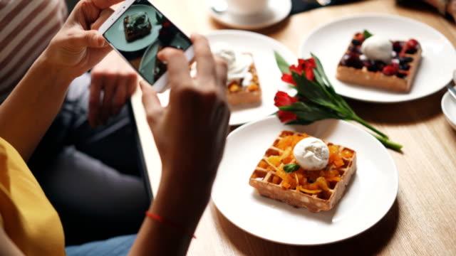 vídeos de stock, filmes e b-roll de cliente do café que toma retratos do alimento usando a tela tocante da câmera do smartphone - gourmet