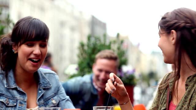 vidéos et rushes de café entre amis - man drinking terrace