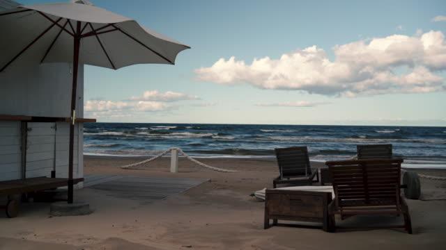 シーズンの終わりにバルト海のビーチでカフェ - 飲食店点の映像素材/bロール