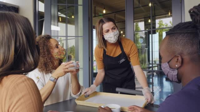 pracownik kawiarni z maską na twarz - kelner filmów i materiałów b-roll