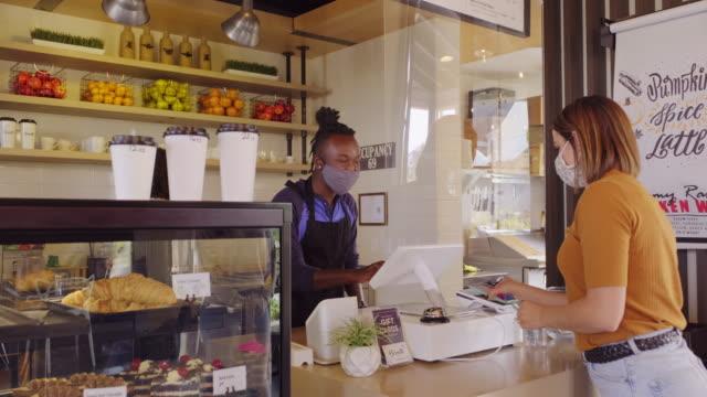 cafe worker med ansiktsmask - småföretagande bildbanksvideor och videomaterial från bakom kulisserna