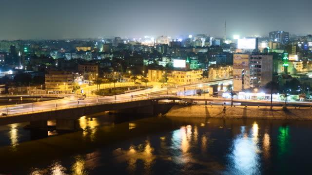 kair ruchu światło szlaków-ekspozycja poklatkowa - egipt filmów i materiałów b-roll