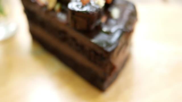 pasta ve tatlı cafe - kek dilimi stok videoları ve detay görüntü çekimi