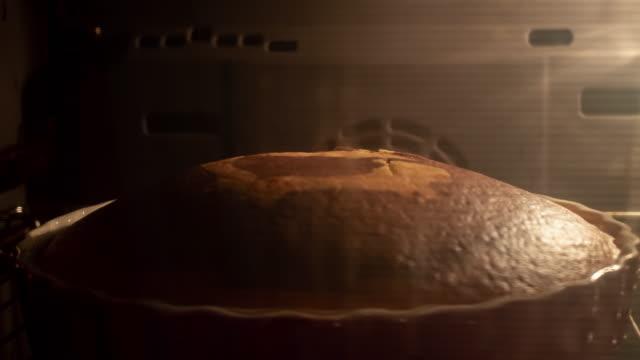 vidéos et rushes de gâteau faisant cuire dans le four - four
