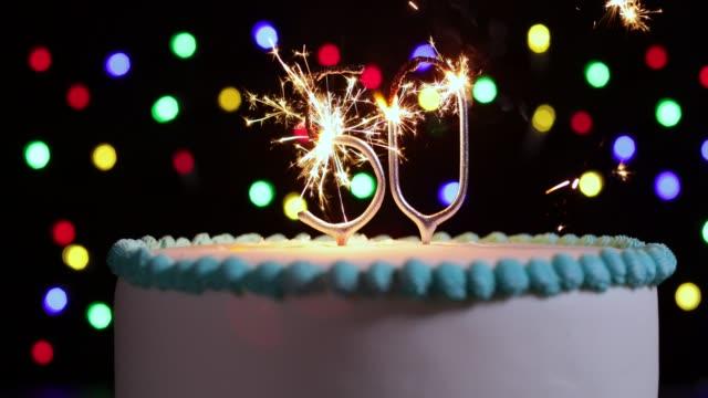 kuchen feiert 50. geburtstag mit zahl, wunderkerzen geformt in zeitlupe erschossen - geburtstagstorte stock-videos und b-roll-filmmaterial