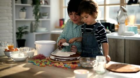 decorazione della torta - cucinare video stock e b–roll