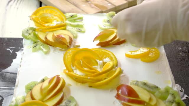 pasta dekorasyon taze meyve ile. - kek dilimi stok videoları ve detay görüntü çekimi