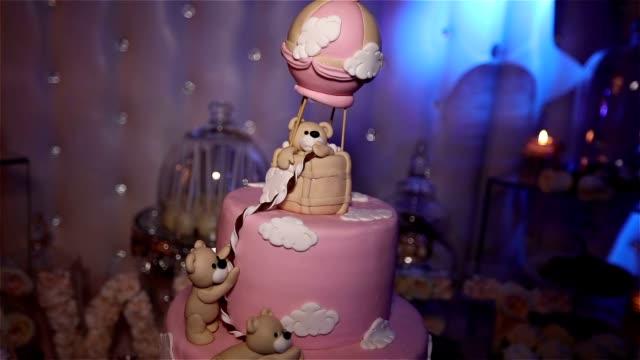 Gâteau pour un enfant avec un ours, un grand gâteau rose, un gâteau d'anniversaire pour un enfant - Vidéo