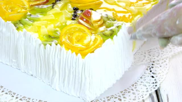 restoranda pasta hazırlık. - kek dilimi stok videoları ve detay görüntü çekimi