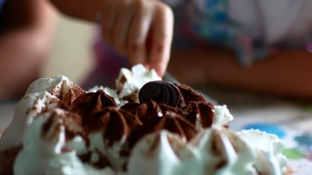 vídeos de stock, filmes e b-roll de bolo-sorvete, close-up. a família come com colheres - gelato