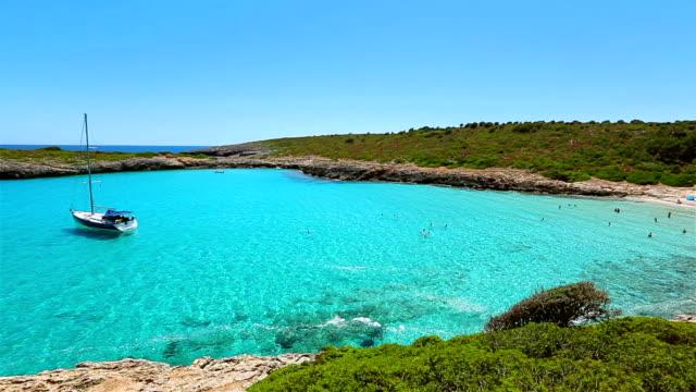 cala varques sulla costa orientale sull'isola spagnola delle baleari di maiorca / spagna - baia video stock e b–roll