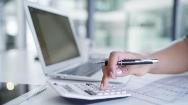 vídeos y material grabado en eventos de stock de calcular las ganancias de su negocio - financial planning