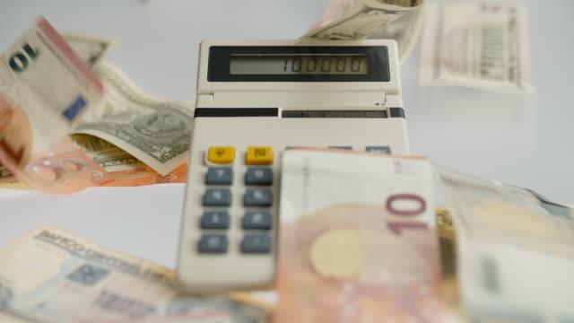 vídeos y material grabado en eventos de stock de calculadora y caída de la moneda del papel - accesorio financiero
