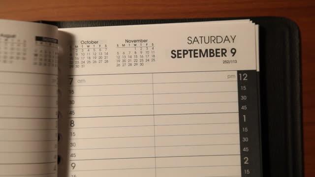 vídeos de stock, filmes e b-roll de tempo de virar página calendário lapso versão longa - calendário