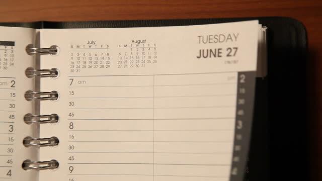 vídeos de stock, filmes e b-roll de tempo de virar página calendário lapso versão curta - calendário