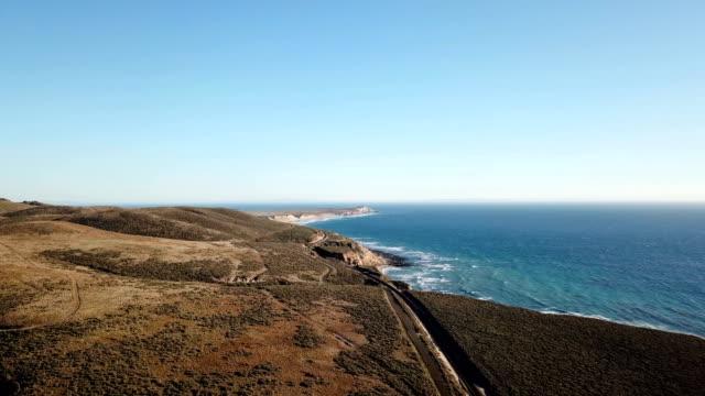 vidéos et rushes de la côte californienne avec montagnes et train titres d'en haut - californie du sud